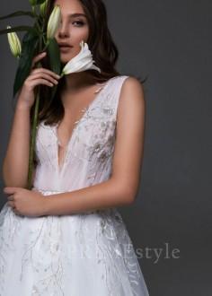 Jednoduché čipkované svadobné šaty Sacura