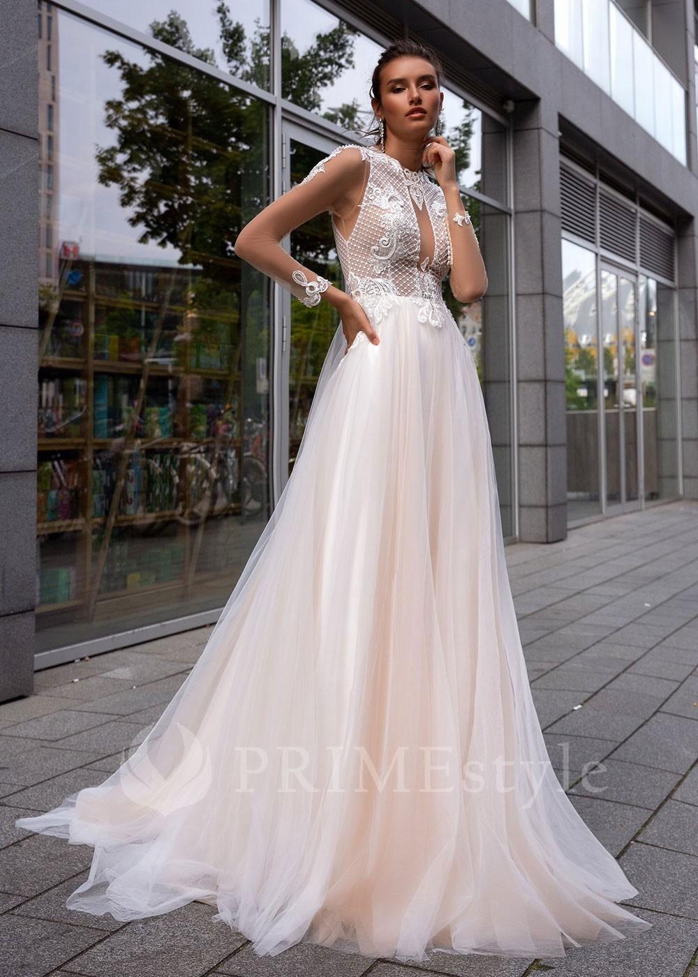 766f4a0d4e3b Romantické krajkové spoločenské šaty s dlhým rukávom a klasickým vystuženým  korzetom. Korzet a rukávy sú zdobené nádhernými krajkovými aplikáciami.